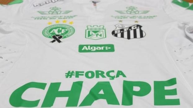 Santos divulga camisa com detalhes verdes em tributo à Chapecoense ... 17232dda665cb