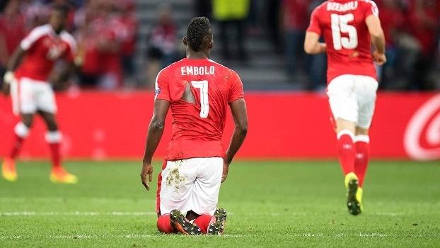 Suíça teve mais camisas rasgadas do que chutes a gol  goleiro ri ... a73184a865826