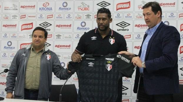 Goleiro ex-Palmeiras e Santos (ao centro) é apresentado no JEC
