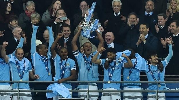 Kompany levanta trófeu da Copa da Liga Inglesa