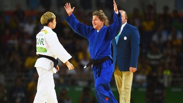 Paula Pareto comemora ouro  no judô