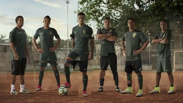 Imagem da nova camisa com Ronaldinho e Ronaldo c44939f450257