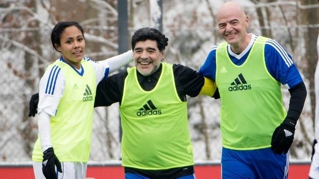 Maradona (centro) apoiou a ideia de Infantino (à dir.)