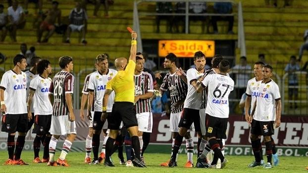 Árbitro expulsa Fred, do Fluminense, após ele atingir Léo, do Atlético-PR, com soco