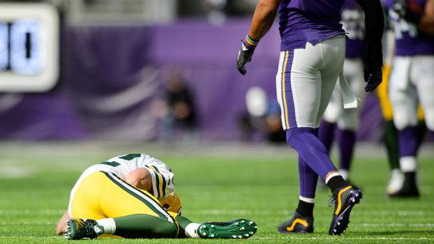 55c27f3e7dee9 Aaron Rodgers fraturou a clavícula direita durante a derrota para os Vikings