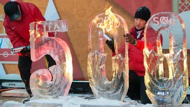 Escultura no gelo russo mostra: faltam 500 dias para a Copa do Mundo