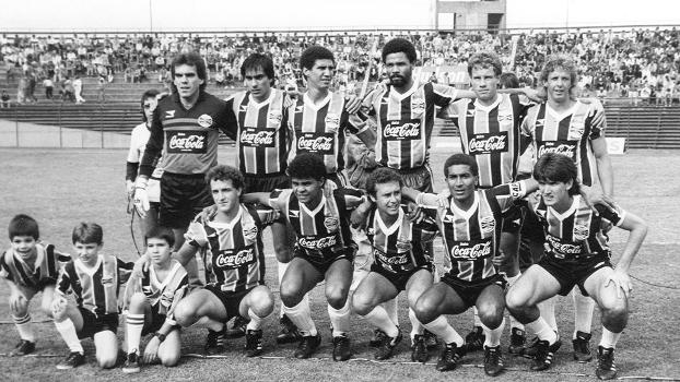 Grêmio 1988: Mazzaropi, Trasante, Alfinete, Luís Eduardo, Bonamigo e Aírton, em pé: Cuca, Marcos Vinícius, Jorginho, Cristovão e Roberto