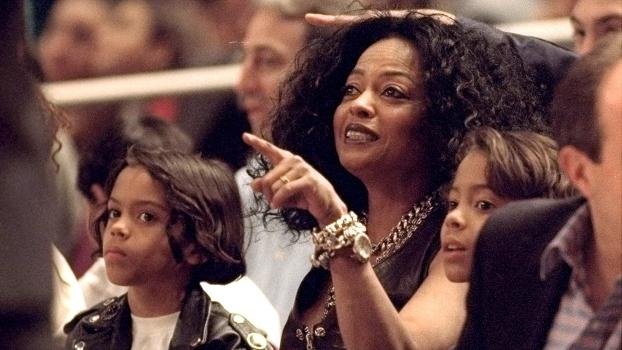 Diana Ross com seus filhos em Knicks x Hornets; seu single 'Touch Me In The Morning' foi lançado no dia que os Knicks ganharam o último título