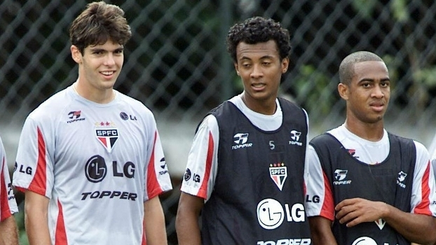 Julio Santos (ao centro) foi revelado com Kaká (à esquerda)