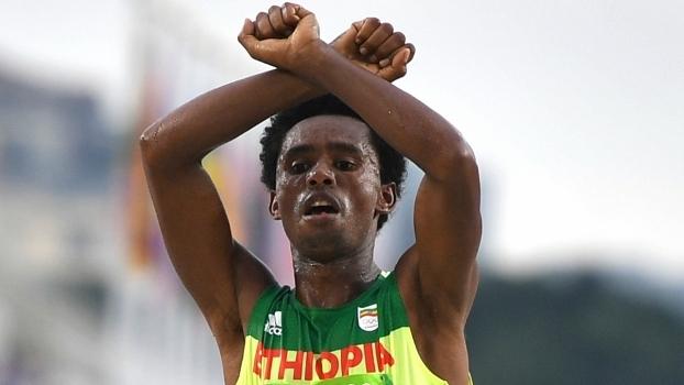 Etíope que conquistou prata na maratona fez protesto político ao cruzar chegada