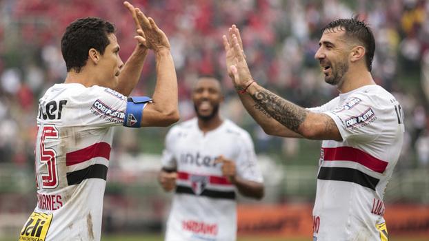 33d284daaf Hernanes cumprimenta Pratto após gol do São Paulo