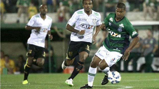 Bruno Rangel, autor do primeiro gol do jogo, carrega bola na Arena Condá