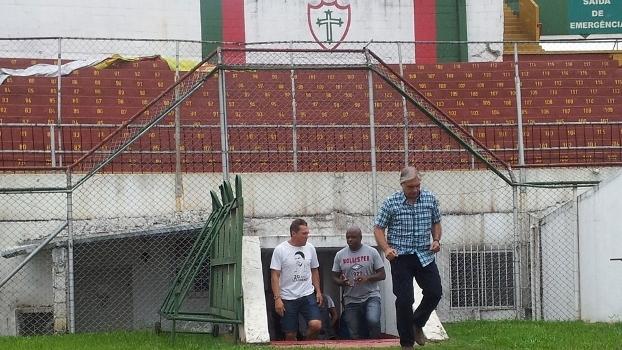 Ecio Pasca, Sinval e Tico entram no gramado do Canindé