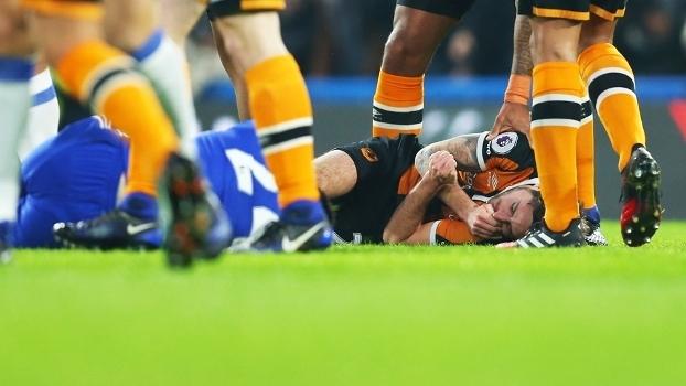 Jogador do Hull que foi para o hospital com fratura no crânio está consciente e conversa sobre incidente
