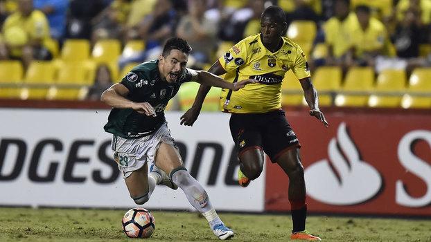 O atacante Willian, do Palmeiras, em lance com Tito Valencia, do Barcelona-EQU, na Libertadores