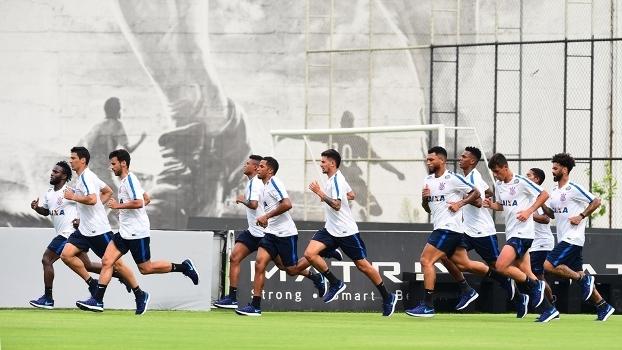 Jogadores do Corinthians correm no primeiro treino do time em 2017