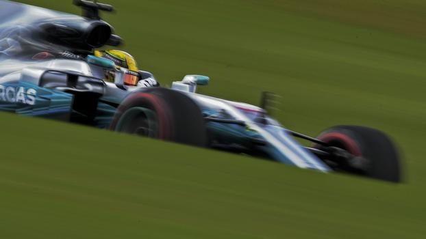 Hamilton em ação pela Mercedes durante o treino livre do GP do Brasil
