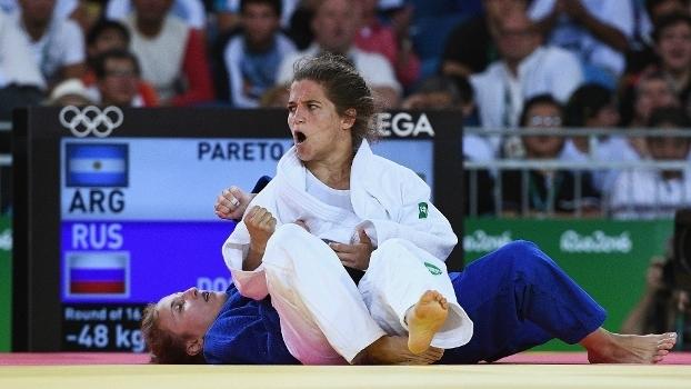 Paula Pareto vibrando durante luta na Arena Carioca 2