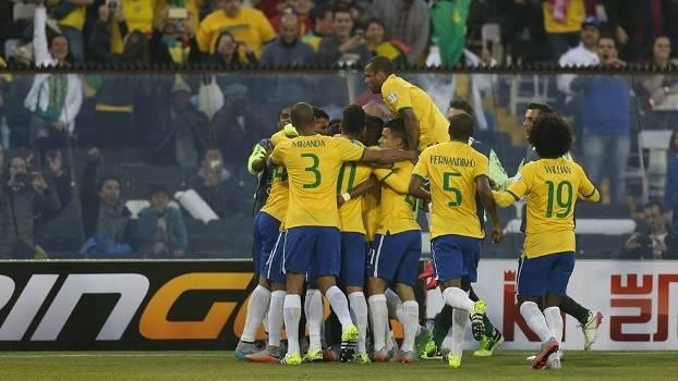 Jogadores comemoram após o Brasil abrir o placar diante da Venezuela