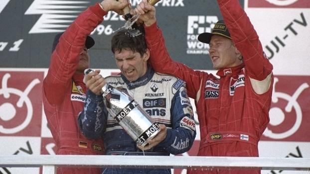 Schumacher e Hakkinen banham Hill de champanhe após título em 1996