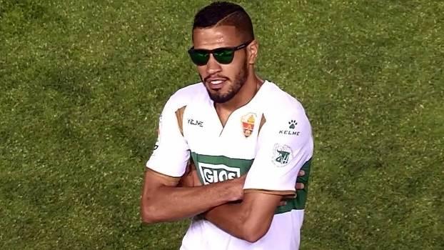 Na Espanha, brasileiro comemora gol com óculos escuros e fazendo pose; veja