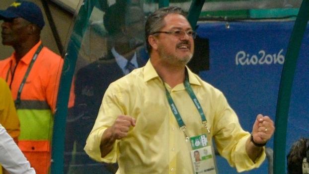 Rogério Micale festeja após a seleção marcar o primeiro gol na Olimpíada