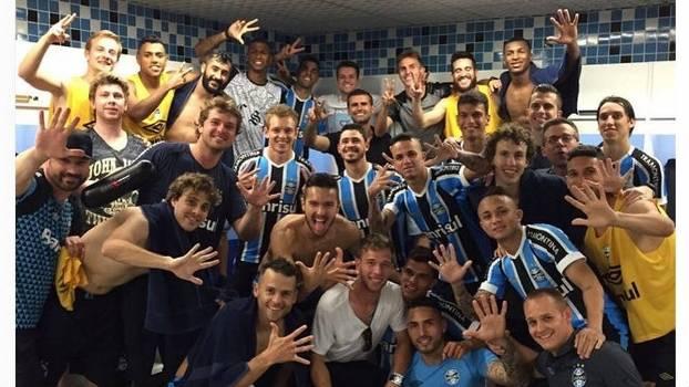 c3463be140 Jogadores do Grêmio provocam Inter e estampam o número cinco em foto ...