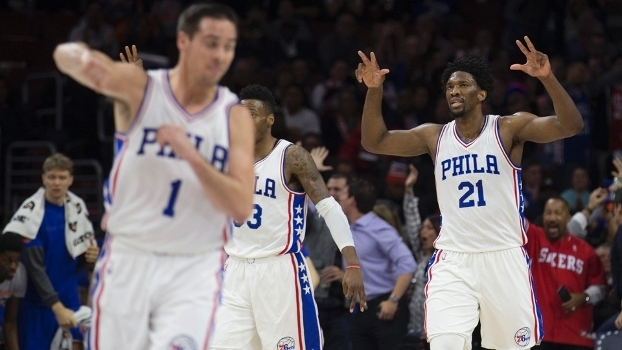 Embiid (direita) lidera a reconstrução do Philadelphia 76ers