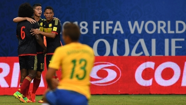 Jogadores da Colômbia comemora gol contra o Brasil