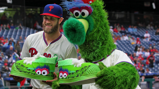 Phillie Phanatic exibe tênis exclusivo ao lado de Bryce Harper