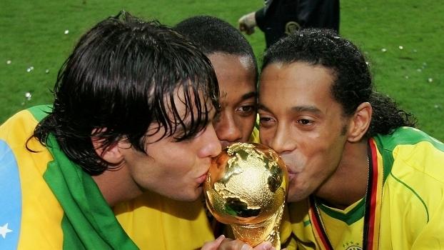 Kaká, Robinho e Ronaldinho beijam a taça da Copa das Confederações de 2005.
