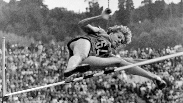 Iolanda Balas no salto que garantiu o ouro nos jogos Olímpicos de 1960