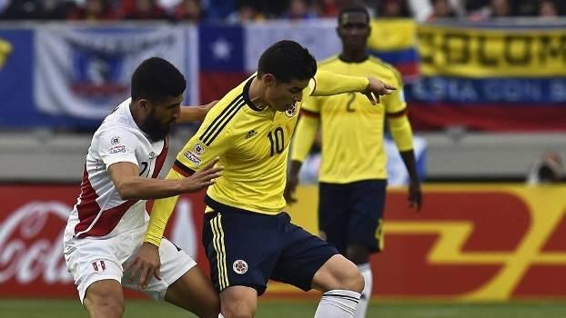 James Rodríguez (à dir.) durante o jogo entre Colômbia e Peru; colombianos estão nas mãos do Brasil