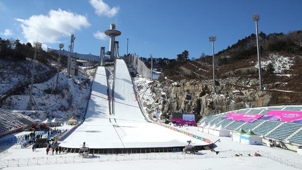 O Alpensia Ski Jumping Stadium, durante evento teste para os Jogos de Inverno de 2018