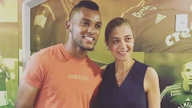 O atacante Borja ao lado de Leila Pereira em camarote