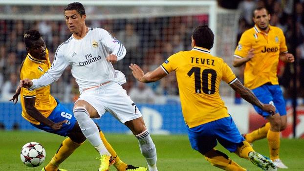 0a79943a2c Cristiano Ronaldo e Tevez no primeiro jogo entre os dois clubes  Real Madrid  saiu vencedor