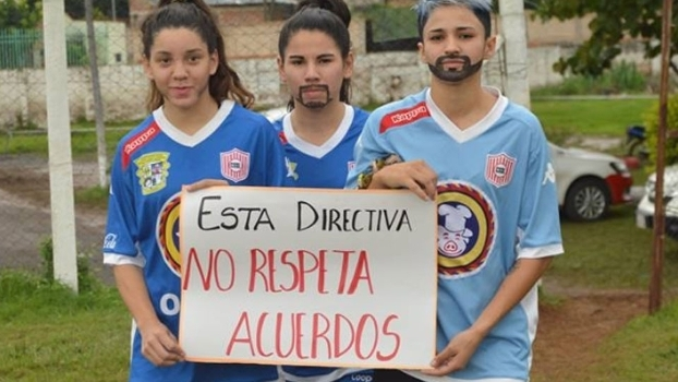 Cartazes mostrados pelas jogadoras do San Lorenzo no Paraguai