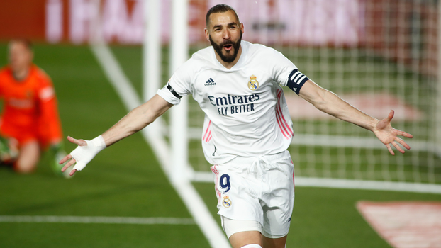 Benzema comemora gol do Real Madrid contra o Barcelona