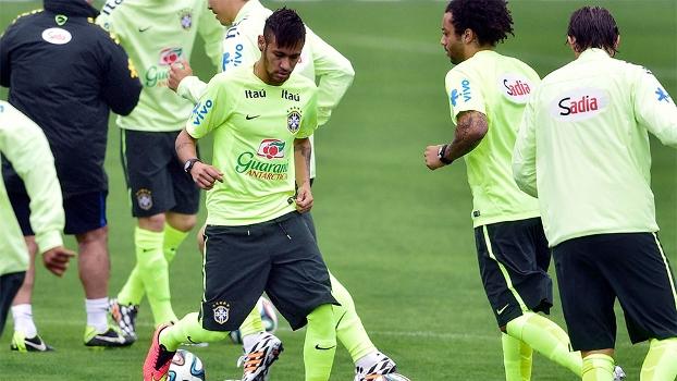 a36873f70b Neymar conduz a bola ao lado de Marcelo