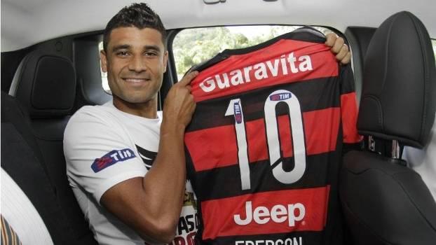 Ederson segura a camisa 10 do Flamengo em sua chegada à Gávea