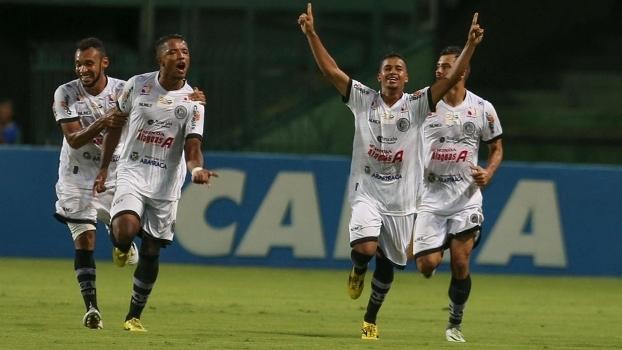 Jogadores do ASA comemoram ao eliminar o Coritiba na Copa do Brasil