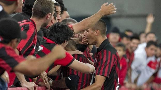 Meia-atacante Rafinha comemora gol com a torcida do Atlético-PR