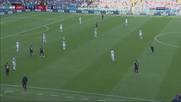 cc5cf265b Posicionamento defensivo da Islândia com duas linhas de 4 e todos os  jogadores de linha atrás