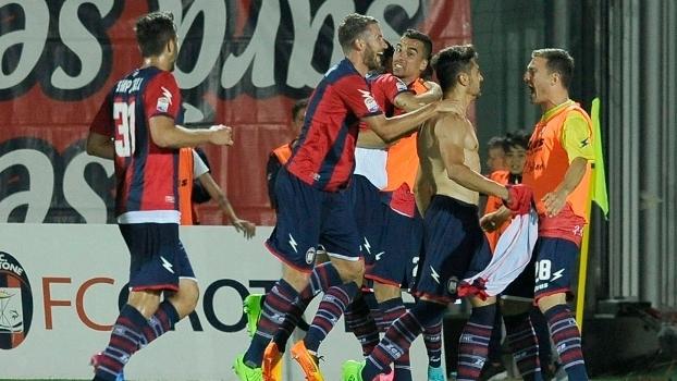 Jogadores do Crotone comemoram o gol e a manutenção na série A