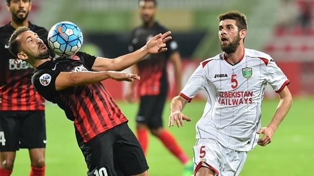 Everton Ribeiro em ação pelo Al Ahli-EAU