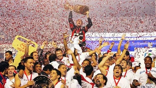 Rogerio Ceni Levanta Trofeu Copa Libertadores São Paulo Final Morumbi 14/07/2005