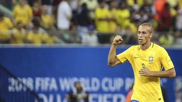 Miranda comemora gol do Brasil contra a Colômbia