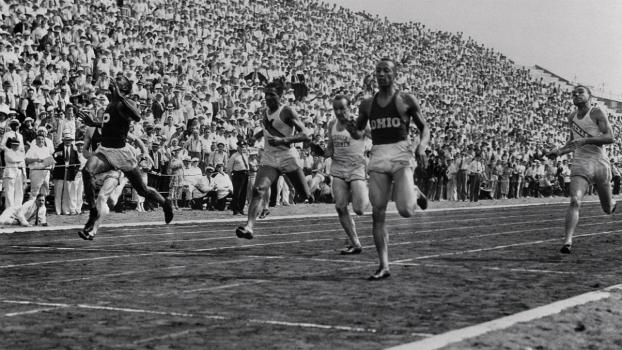 Jesse Owens vence os 200 m em Berlim, seguido pelo irmão de Jackie Robinson