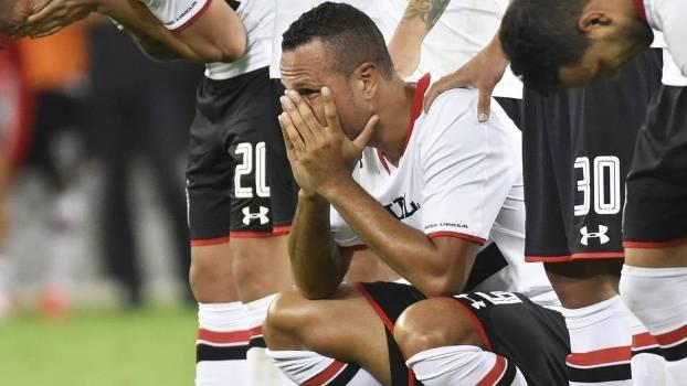 Luis Fabiano leva gancho e está fora contra o Corinthians; Ganso e Osorio são liberados