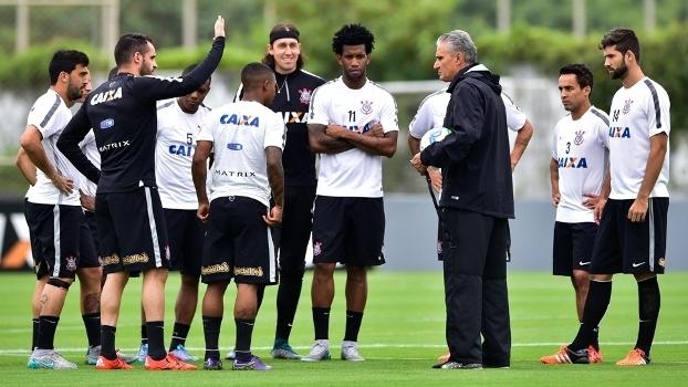 Jogadores do Corinthians conversam com técnico Tite em treino